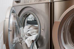 Jak odpowiednio prać ubrania, by nadal wyglądały pięknie?